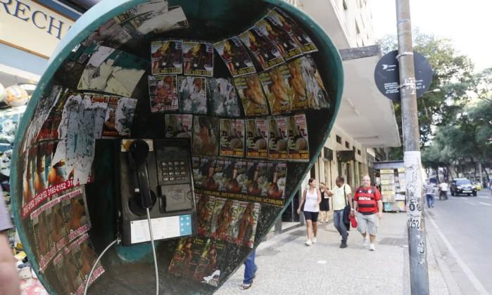 Ministério Público quer fim de imagens pornográficas em orelhões da cidade do Rio