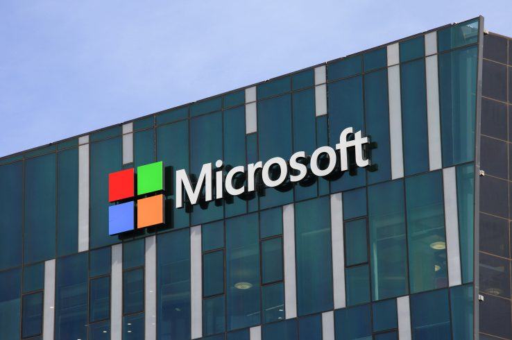 Funcionários da Microsoft obrigados a assistir vídeos de pornografia infantil e assassinatos, entram na Justiça contra sua empregadora alegando sofrer alucinações e pesadelos