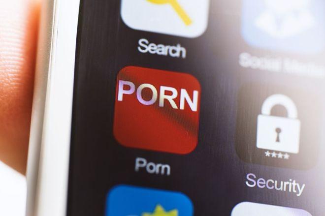 Como enfrentar o dilema de presenciar alguém assistindo pornografia em público