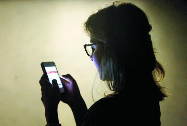 Pesquisa revela que mulheres veem mais pornografia no celular do que homens