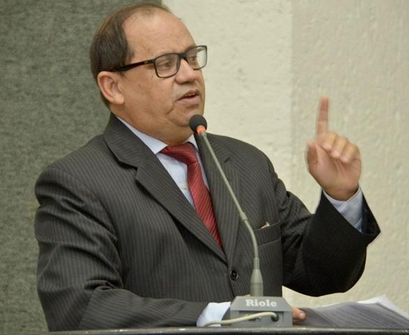 Deputado Eli Borges denuncia exposição do Sesc Palmas com cenas de pornografia gay