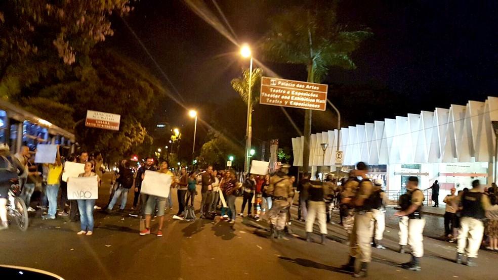 Exposição de Pedro Moraleida, já vista por mais de seis mil pessoas, é alvo de protestos em BH
