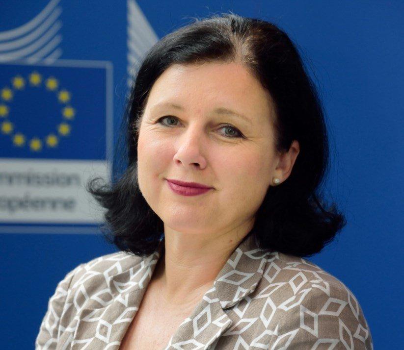 Comissária europeia já foi vítima de violência sexual e junta-se ao movimento #MeToo