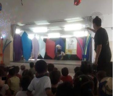 Dançarinos tiram a roupa para crianças em escola de Jundiaí