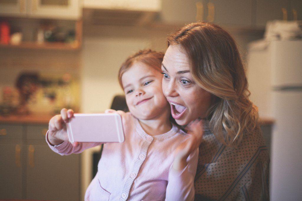 Pense antes de postar foto de seus filhos nas redes sociais