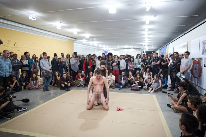 Em performance no MAM, criança interage com homem nu