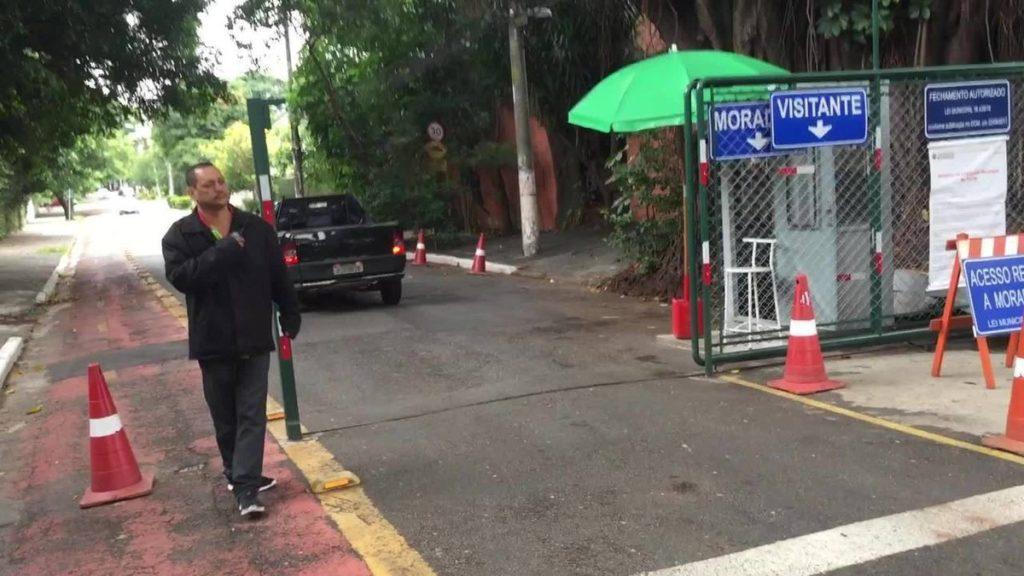 Moradores de bairro nobre de SP fecham ruas com portões para impedir prostituição e crimes